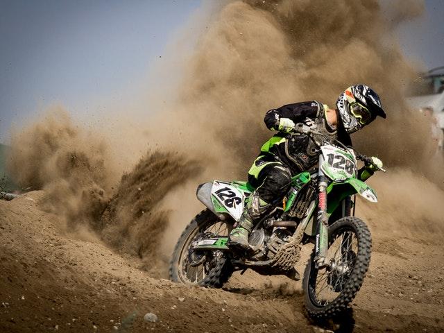 En motorcross i full fart